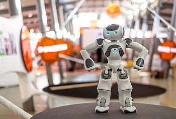 Roboter Nao in der Ausstellung Out of Office. Foto Daniel Nide